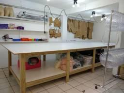Mesa de corte para oficina de costura.