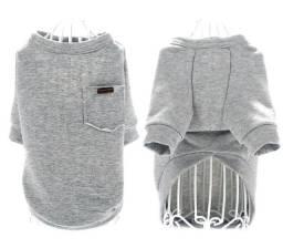 Roupa fashion cinza com detalhes coloridos