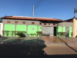 Título do anúncio: Casa 3 Q 1 Suite 4 vagas 200 m + um barracão Anexo Recanto Minas Gerais.