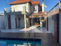 Casa Mobiliada - Cond. Fechado - 4 quartos - 320m2 - Piscina c/ deck.
