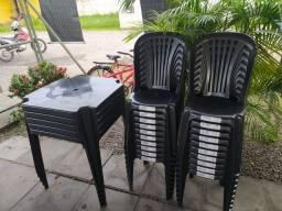 Título do anúncio: 5 conjuntos de plástico ( cadeiras de plástico e mesas)