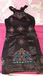 Vestido de tecido preto com bordados