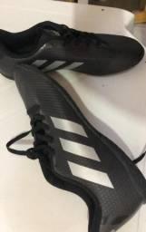 Chuteira Adidas (preta com branco)