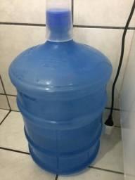 Garrafão de água vazio.