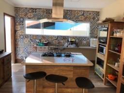 Casa duplex em condomínio solar dos cantarinos, com 5 quartos, piscina e churrasqueira