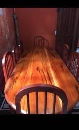 Mesa de madeira com as cadeiras