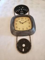 Relógio de parede instalado com corrente, catraca e coroa_muito top