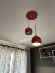 Decoração vermelha para sala Tapete, luminária e quadro