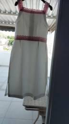 Vestido branco com detalhes rosa