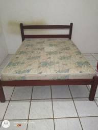 Cama com colchão e uma cama de madeira solteiro.