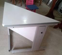 Título do anúncio: mesa de madeira, de canto, cinza e em bom estado.