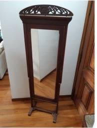Espelho de chão em madeira
