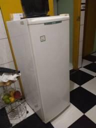 Título do anúncio: Vende-se uma freezer conservada e funcionando perfeitamente, porém tem alguns ferrugens.