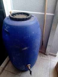 Vendo galão de 100 litros com torneira