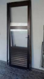 Porta e duas janelas uma de 1:30 por 1:60 e outra de 1 metrô por 1:30