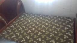 Cama de casal com cabiceira de madeira e colchão