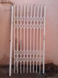 Grade pantografica de porta de 90 cm