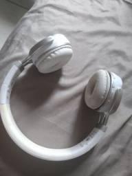 Headfone da cor branco, bluetooth e a cabo normal