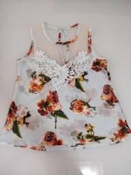 Blusa floral com renda e tule