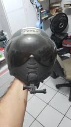 Dois capacetes em bom estado