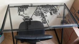 Escrivaninha de vidro com cadeira
