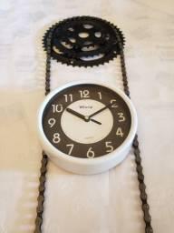 Relógio de parede montado com corrente, catraca e coroa_Eclusividade