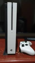 Xbox One S 1TB com suporte vertical