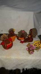 Trabalhamos com bonecas artesanais de biscuit .