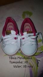 Tênis e sandálias usadas para menina