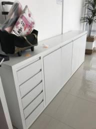Balcão branco em MDF com gaveteiro e quatro portas