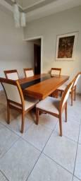 Mesa,com 6 cadeiras.