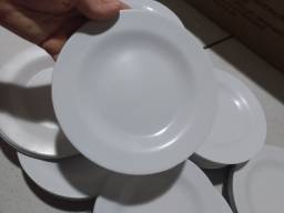 Pratos de sobremesa de plástico
