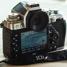 máquina Nikon Df c/ menos de 28 mil clicks