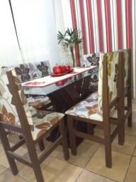 Mesa de vidro temperado com cadeiras