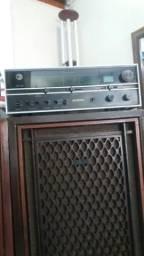 Vendo um amplificador vintagem com duas caixas AKAI funcionando