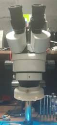 Microscópio trinocular