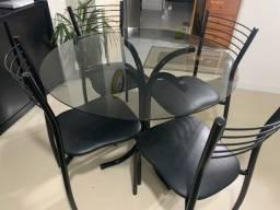 Título do anúncio: Mesa redonda preta de metal, com tampo de vidro fumê e 4 Cadeiras