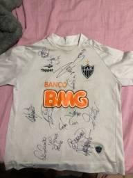 Camisa original do Atletico Mineiro assinada pelo elenco de 2013