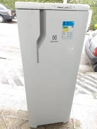Título do anúncio: Geladeira Electrolux RE31 Semi nova