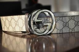 Cinto Gucci GG Supreme belt with G buckle
