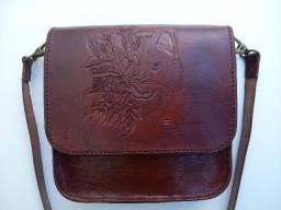Bolsa artesanal de couro legítimo 100% natural com escultura em alto e baixo relevo