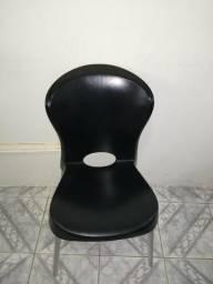 Cadeira com pés de alumínio