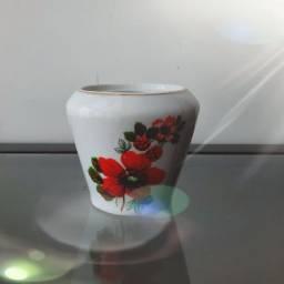 Potinho de porcelana.