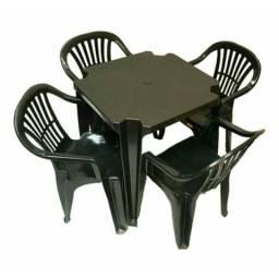 Jogo de mesa com 4 cadeiras plásticas preta R$ 189,00