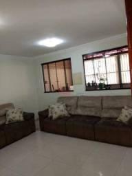 Casa com 04 quartos com 01 suíte, sala, cozinha, área de serviço, 03 banheiros e 03 vagas