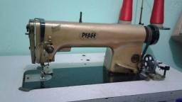Vendo uma máquina reta industrial modelo antigo costurando bem