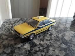 Miniatura do Santana táxi um da polícia