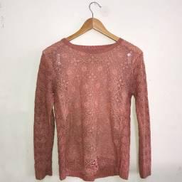 Blusa de frio rosa de crochê com detalhes de renda