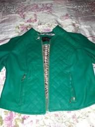Jaqueta verde.