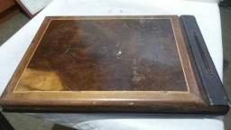 Album antigo de fotografías com capa de madeira